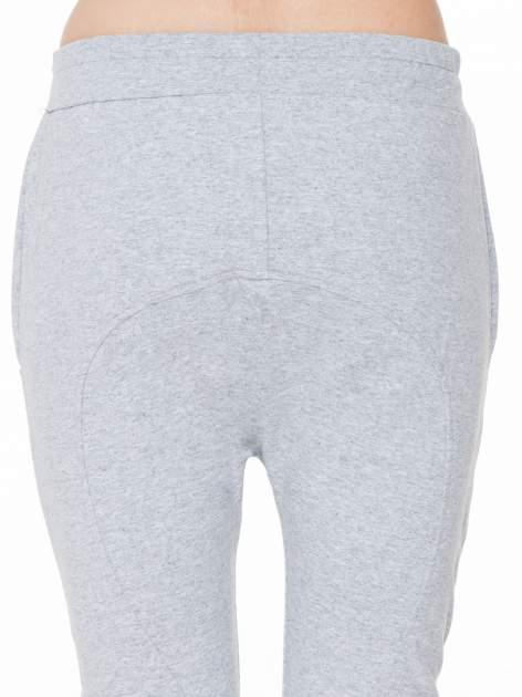 Szare spodnie dresowe typu baggy z naszywkami                                  zdj.                                  7