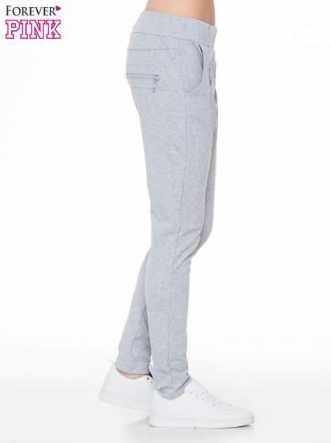 Szare spodnie dresowe typu baggy z ozdobnym zamkiem                                  zdj.                                  3