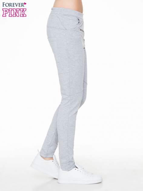 Szare spodnie dresowe typu baggy z suwakiem                                  zdj.                                  3