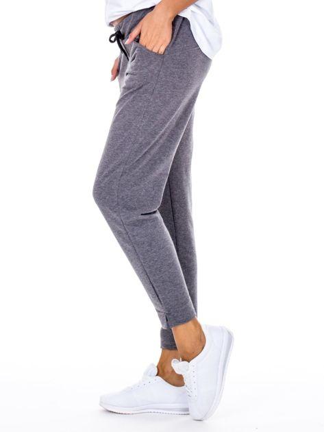 Szare spodnie dresowe z asymetrycznymi przeszyciami                              zdj.                              5