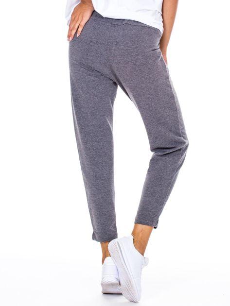 Szare spodnie dresowe z asymetrycznymi przeszyciami                              zdj.                              2