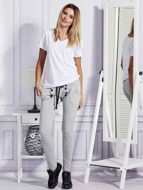 Szare spodnie dresowe z dwoma rzędami guzików                                  zdj.                                  4