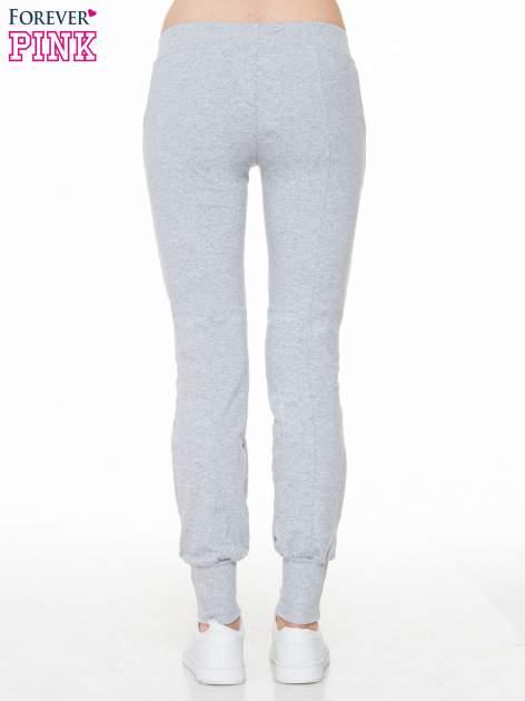 Szare spodnie dresowe z łańcuszkami przy kieszeniach                                  zdj.                                  4