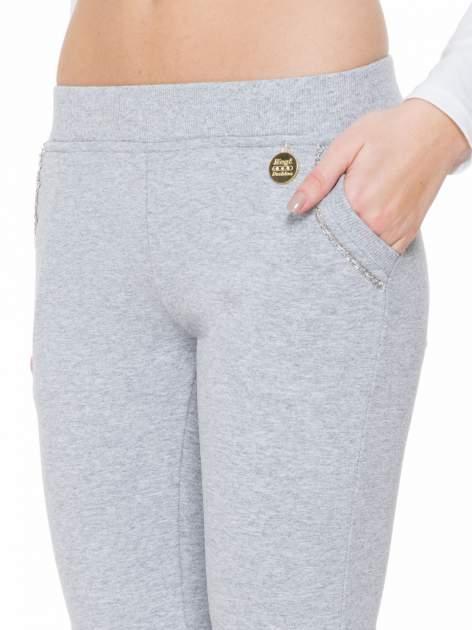 Szare spodnie dresowe z łańcuszkami przy kieszeniach                                  zdj.                                  6