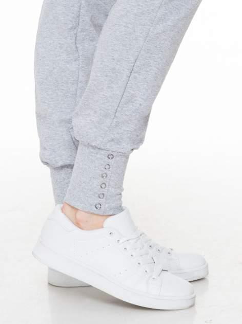 Szare spodnie dresowe z łańcuszkami przy kieszeniach                                  zdj.                                  7