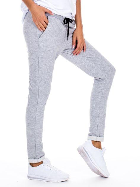 Szare spodnie dresowe z podwijanymi nogawkami                              zdj.                              3
