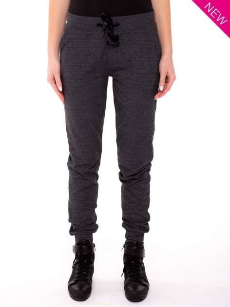 Szare spodnie dresowe ze zwężaną nogawką zakończoną na dole ściągaczem                                  zdj.                                  1