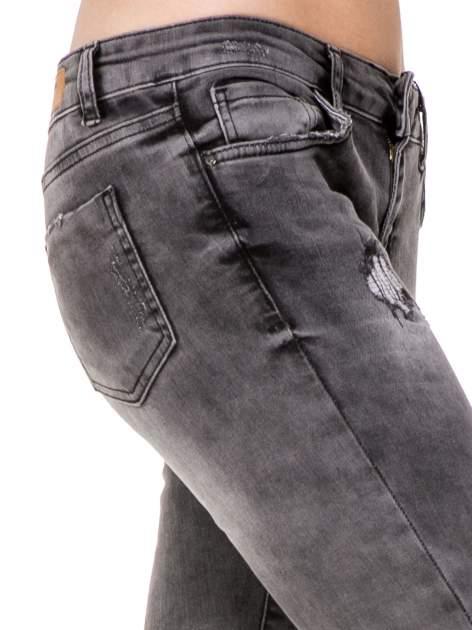 Szare spodnie skinny jeans z dziurami podszytymi koronką                                  zdj.                                  7