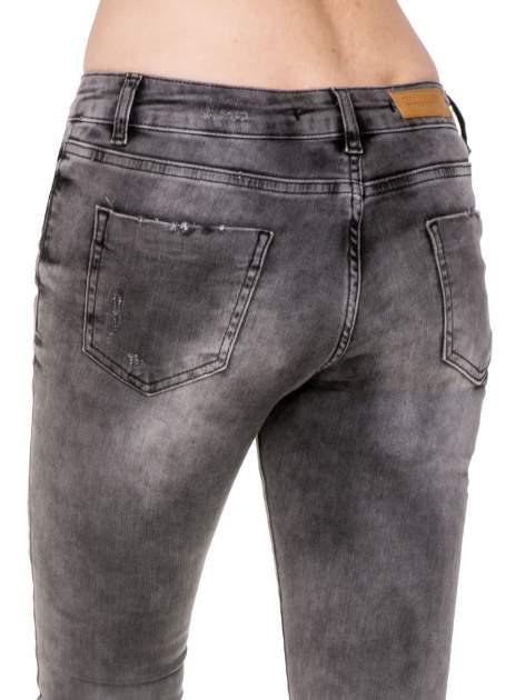 Szare spodnie skinny jeans z dziurami podszytymi koronką                                  zdj.                                  8