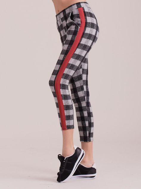 Szare spodnie w kratę z kolorowymi lampasami                              zdj.                              1