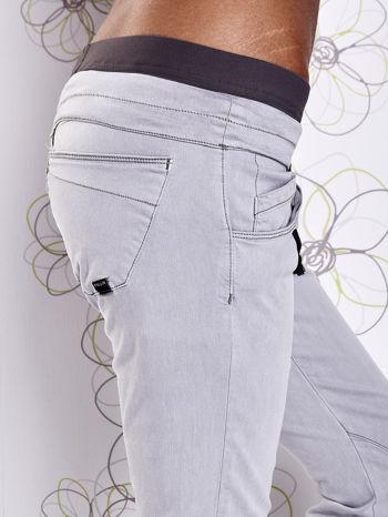 Szare spodnie z przeszyciami i kolorową gumką w pasie                                  zdj.                                  5