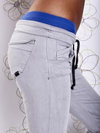 Szare spodnie z przeszyciami i niebieską gumką w pasie                                  zdj.                                  5