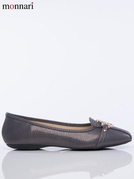 Szare tłoczone baleriny Monnari z ozdobną złotą przypinką na przodzie buta                              zdj.                              2