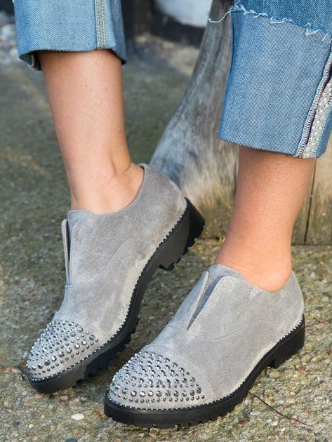Szare zamszowe botki z ozdobną wstawką z przodu buta wysadzaną błyszczącymi dżetami                              zdj.                              5