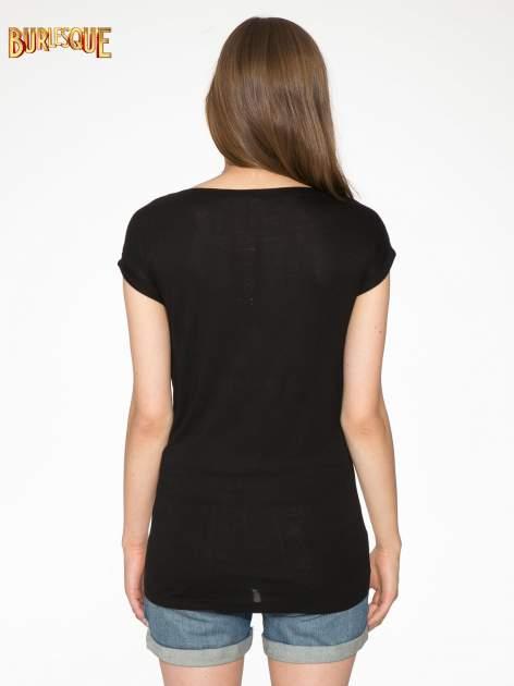 Szaro-czarny t-shirt  z nadrukiem piórek                                  zdj.                                  4
