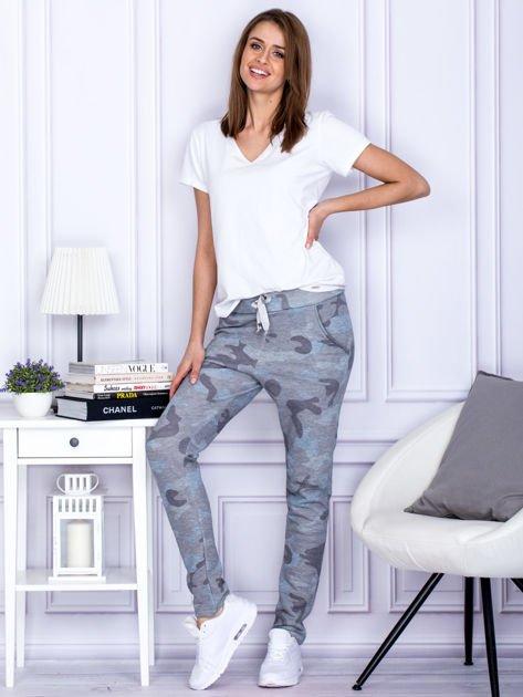 Szaro-niebieskie spodnie dresowe we wzór moro                               zdj.                              4