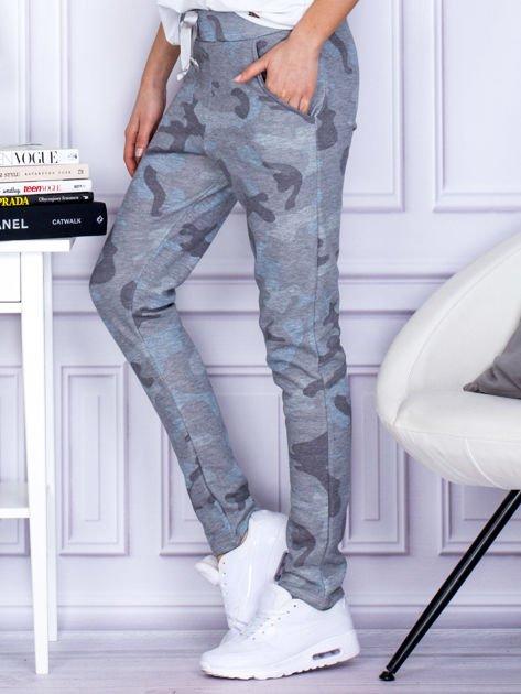 Szaro-niebieskie spodnie dresowe we wzór moro                                   zdj.                                  5