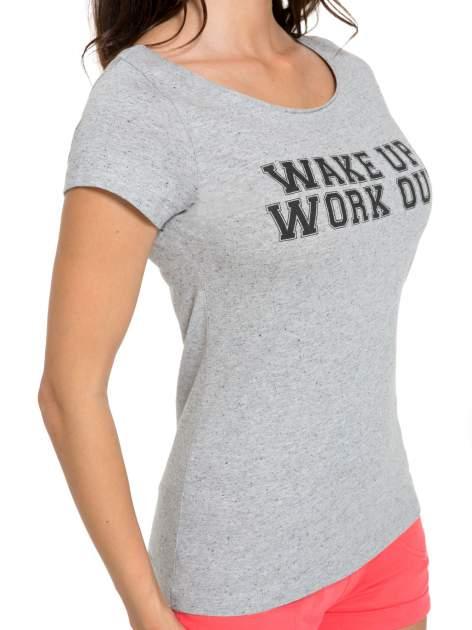 Szary bawełniany t-shirt z nadrukiem tekstowym WAKE UP WORK OUT                                  zdj.                                  6