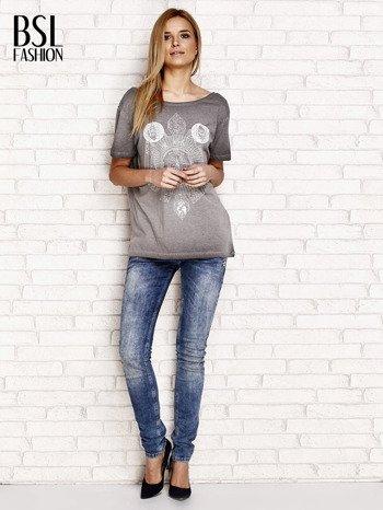 Szary dekatyzowany t-shirt z dekoltem na plecach                                  zdj.                                  4