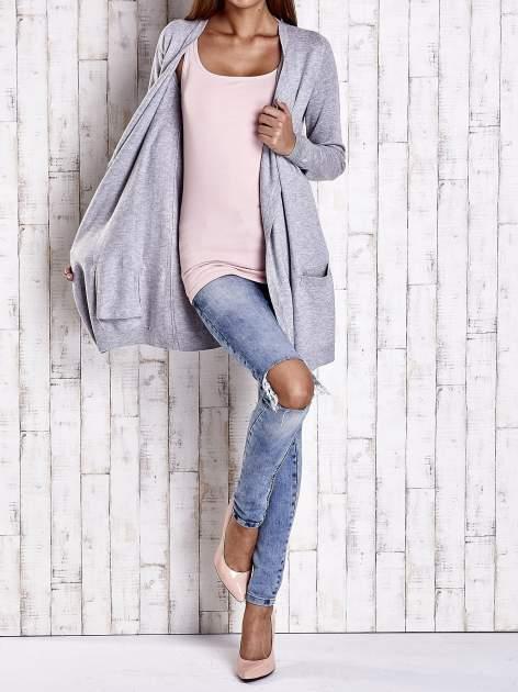 Szary długi niezapinany sweter z kieszeniami                                  zdj.                                  2