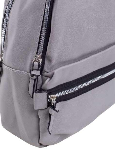 Szary plecak z zewnętrzną kieszenią