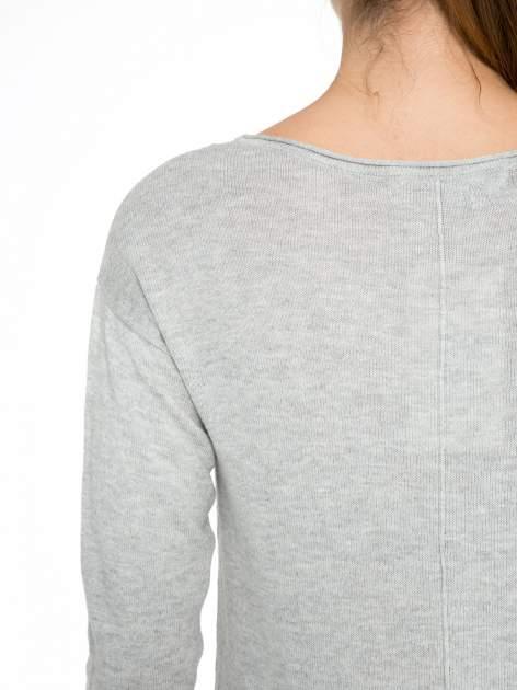 Szary sweter z dłuższym tyłem i rozporkami po bokach                                  zdj.                                  8