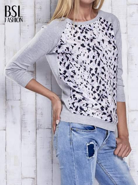 Szary sweter z kolorową wstawką                                  zdj.                                  4