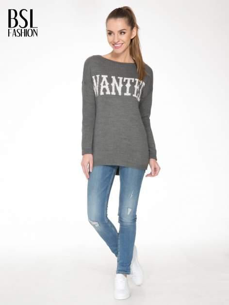 Szary sweter z nadrukiem WANTED i dżetami                                  zdj.                                  2