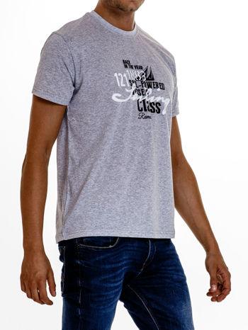 Szary t-shirt męski z marynarskim motywem i napisem SAILING                                  zdj.                                  4