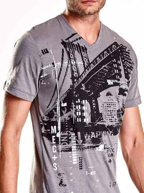 Szary t-shirt męski z miejskim nadrukiem                                  zdj.                                  7