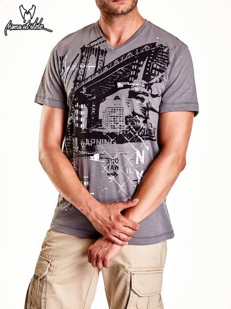 Szary t-shirt męski z miejskim nadrukiem                                  zdj.                                  4