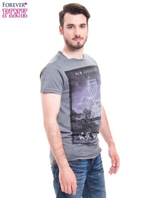 Szary t-shirt męski z nadrukiem NEW ADVENTURE AWAITS                                  zdj.                                  2