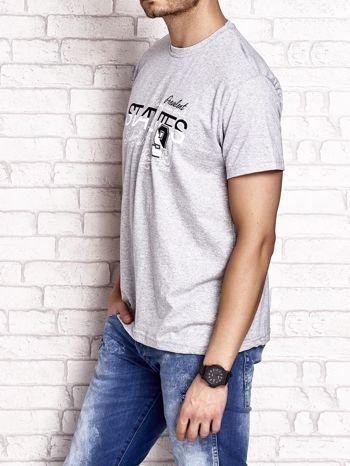 Szary t-shirt męski z nadrukiem napisów i cyfrą 9                                  zdj.                                  4