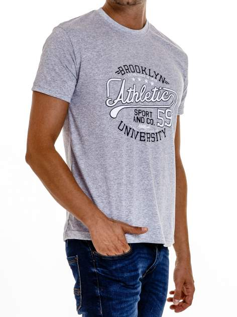 Szary t-shirt męski z napisem BROOKLYN ATHLETIC UNIVERSITY                                  zdj.                                  4