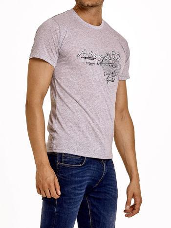 Szary t-shirt męski ze sportowym nadrukiem i napisami                                  zdj.                                  4