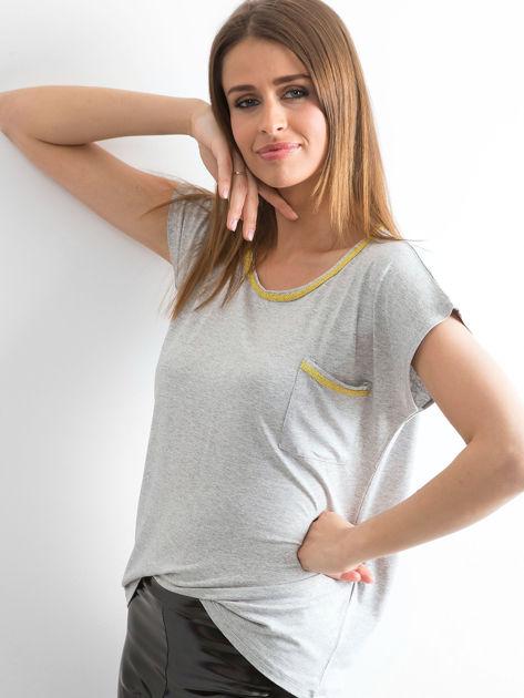 Szary t-shirt z błyszczącą lamówką                              zdj.                              3