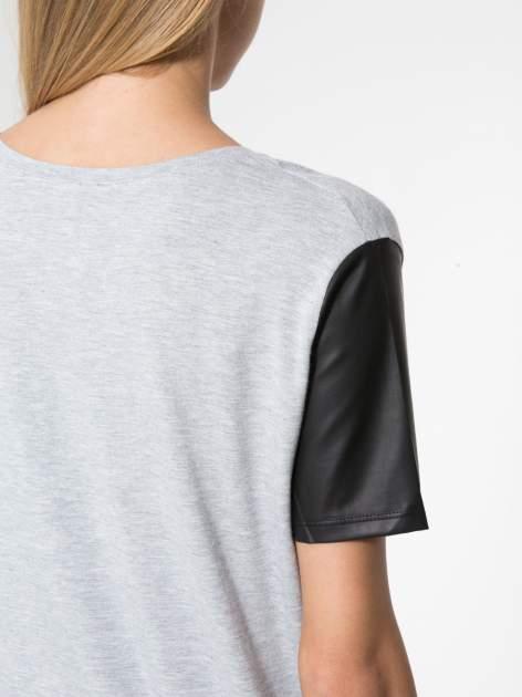 Szary t-shirt z czarnymi skórzanymi rękawami                                  zdj.                                  6