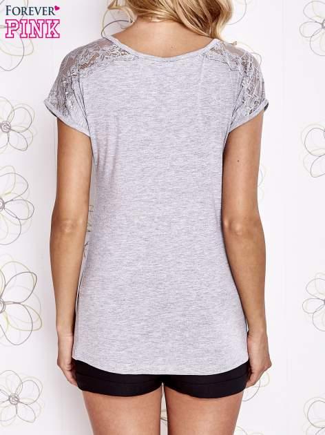 Szary t-shirt z koronkowym wykończeniem rękawów                                  zdj.                                  4