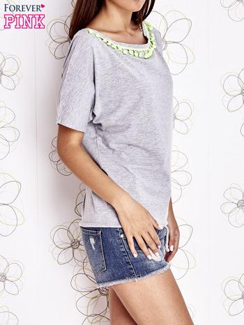 Szary t-shirt z limonkowymi pomponikami przy dekolcie                                  zdj.                                  3