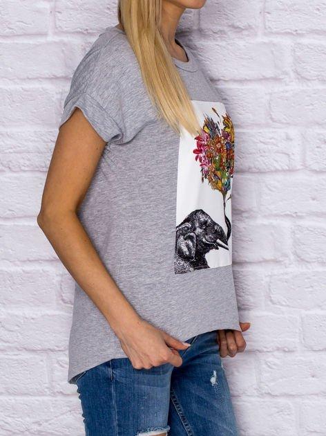 Szary t-shirt z malarskim nadrukiem                              zdj.                              3