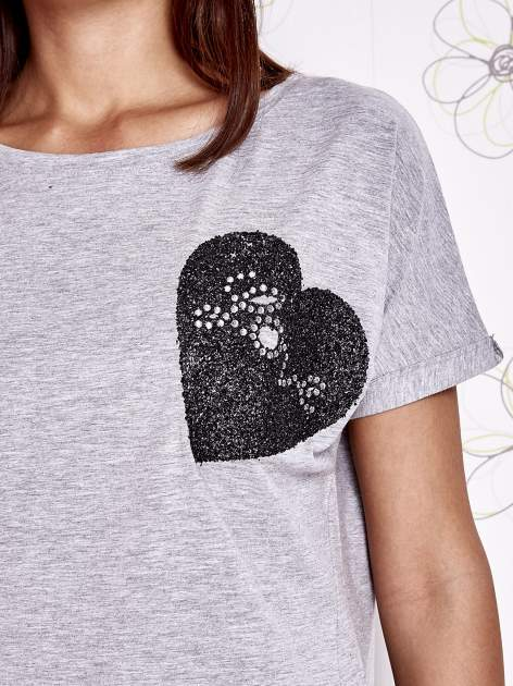 Szary t-shirt z motywem serca i kokardki                                  zdj.                                  5