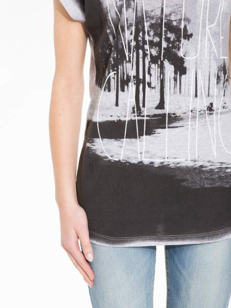 Szary t-shirt z nadrukiem NATURE                                  zdj.                                  7