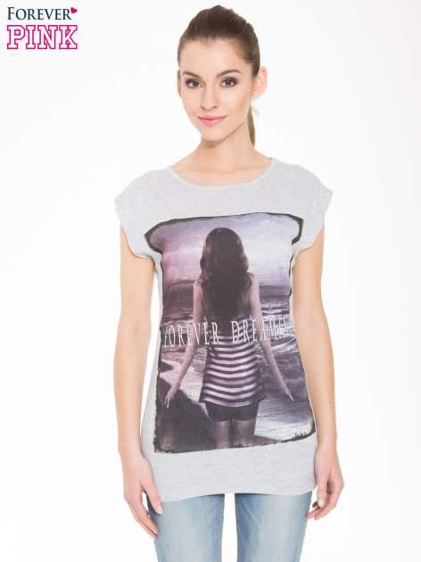 Szary t-shirt z nadrukiem dziewczyny w blogerskim stylu                                  zdj.                                  1