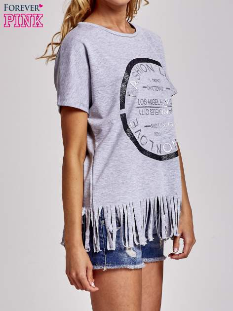 Szary t-shirt z nadrukiem i frędzlami                                  zdj.                                  3