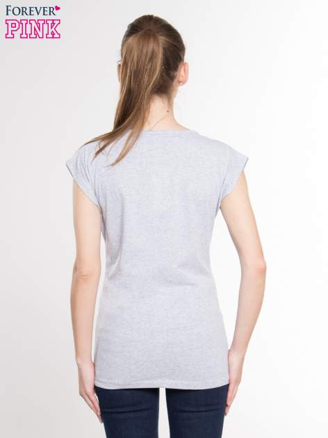 Szary t-shirt z nadrukiem kobiety i napisem MOVE                                  zdj.                                  3