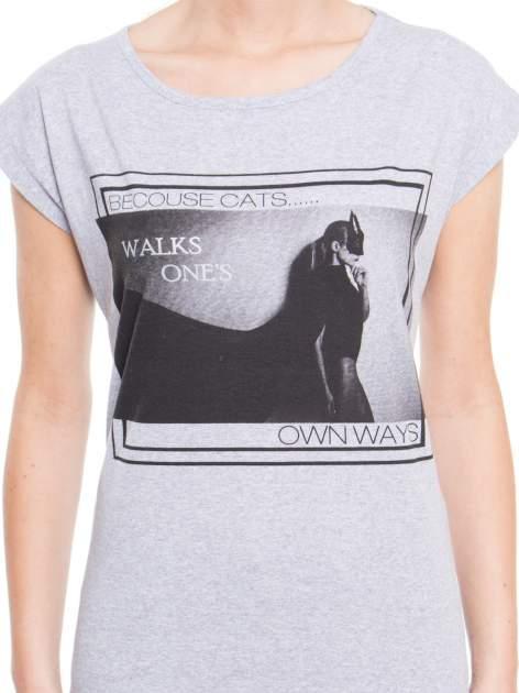 Szary t-shirt z nadrukiem kobiety-kota                                  zdj.                                  4