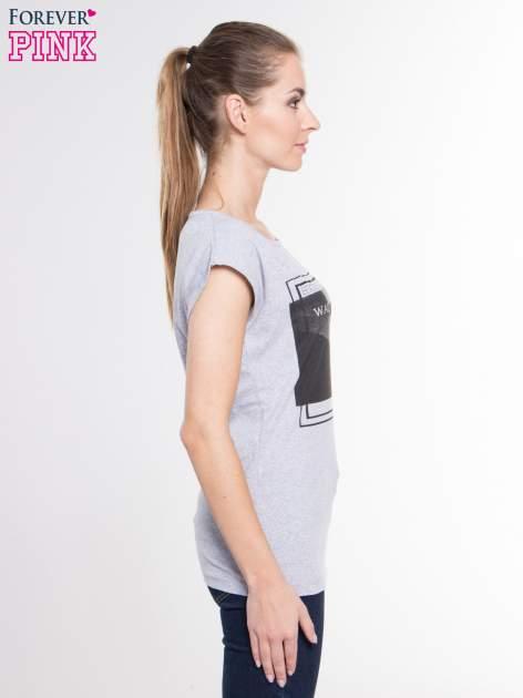 Szary t-shirt z nadrukiem kobiety-kota                                  zdj.                                  2