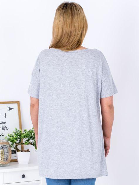 Szary t-shirt z nadrukiem naszywek PLUS SIZE                              zdj.                              2