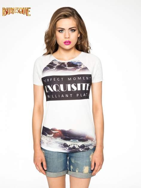 Szary t-shirt z nadrukiem pejzażu i napisem EXQUISTE z dżetami                                  zdj.                                  10