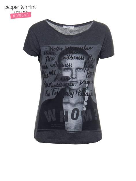 Szary t-shirt z nadrukiem twarzy i napisem WHOM?                                  zdj.                                  2